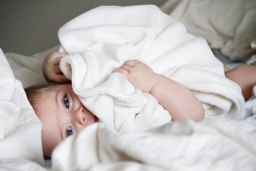 タオルにくるまった赤ちゃん