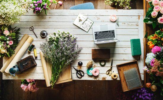 机の上にお花が置いてあります