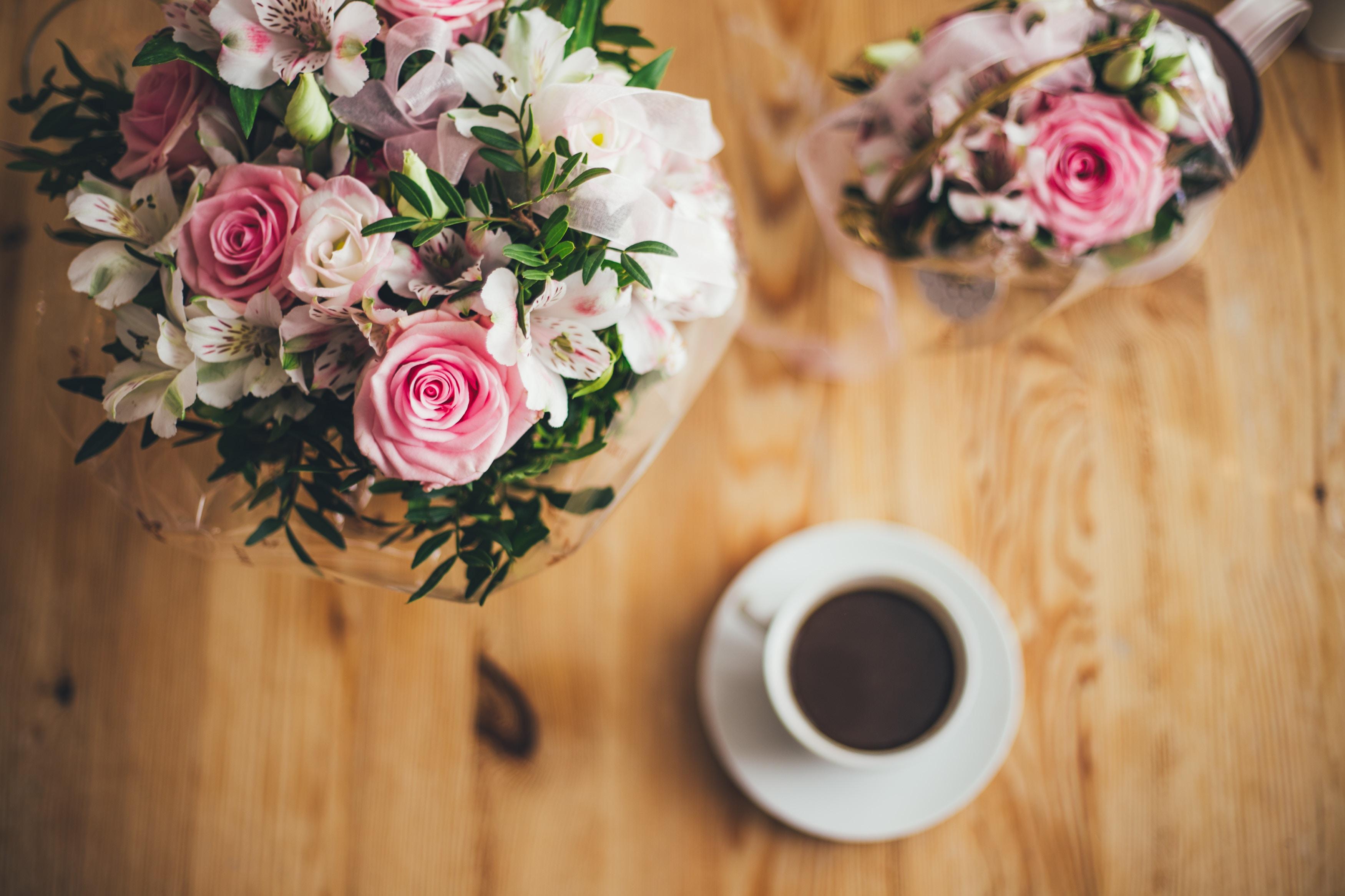 花束とコーヒーカップ