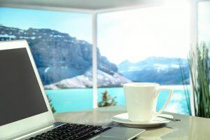 パソコンとカップ