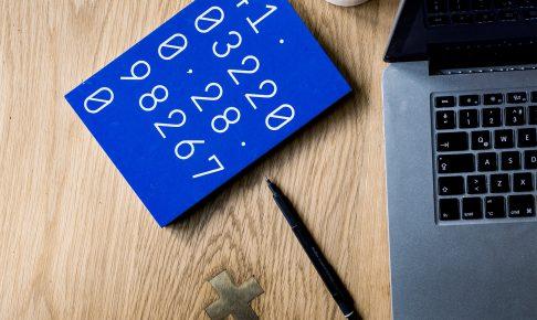 パソコンと青い紙