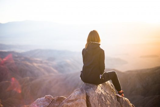 女性が景色を眺めている