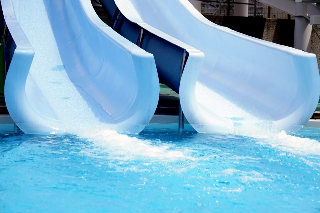 プールのスライダーの写真